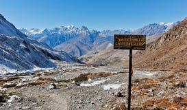 A estrada da vila de Muktinath assina dentro Himalaya imagens de stock