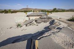 Estrada danificada da ponte inundação fechado foto de stock