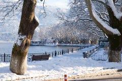 estrada das árvores da estação do inverno do gelo da neve na cidade Grécia de Ioannina fotografia de stock