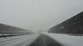 Estrada de Áustria Conduzindo o tiro, ponto de vista do motorista Metragem que conduz na estrada durante uma queda de neve video estoque
