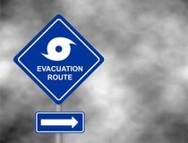 Estrada de advertência da rota da evacuação Estação do furacão com sinal do símbolo contra um fundo cinzento tormentoso do céu Il imagem de stock