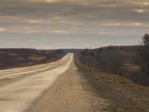 Estrada de alta velocidade que sae para o horizonte através do terreno liso Fotos de Stock Royalty Free