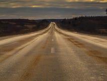 Estrada de alta velocidade que sae para o horizonte através do terreno liso Fotos de Stock