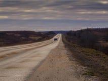 Estrada de alta velocidade que sae para o horizonte através do terreno liso Foto de Stock Royalty Free