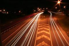 Estrada de cidade com as raias claras do carro Foto de Stock