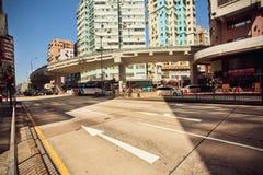 Estrada de cidade vazia da manhã com arquitetura do vidro e do concreto Fotos de Stock