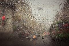 Estrada de cidade vista com as gotas da água Fotos de Stock Royalty Free