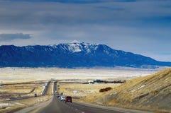 Estrada de Colorado no inverno com montanhas foto de stock royalty free