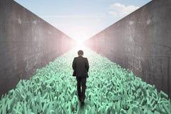 Estrada de dados grande, homem que anda, caráteres enormes estrada, muro de cimento fotografia de stock