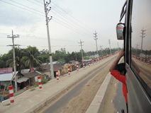 Estrada de Dhaka Chittagong pelo ônibus imagem de stock royalty free