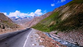Estrada de enrolamento ao longo do penhasco e do lago da montanha fotos de stock royalty free