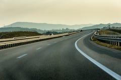 Estrada de enrolamento com a paisagem rural fotografia de stock royalty free