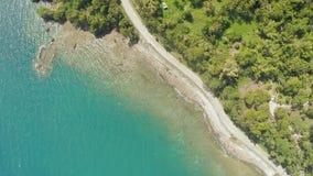 Estrada de enrolamento da curva ao longo da costa das Filipinas Vistas aéreas filme