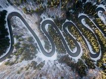 Estrada de enrolamento da passagem de montanha alta, no tempo de inverno Vista aérea pelo zangão Imagens de Stock Royalty Free