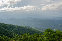 Estrada de enrolamento em Ridge Mountains azul Fotos de Stock