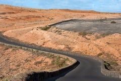 Estrada de enrolamento em uma paisagem estéril Fotos de Stock
