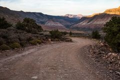 Estrada de enrolamento na sombra no por do sol através do deserto de do sul foto de stock royalty free