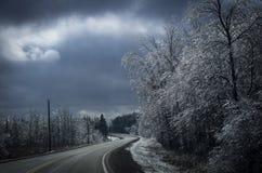 Estrada de enrolamento no inverno Fotografia de Stock