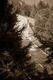 Estrada de enrolamento no sepia tonificado com espaço da cópia - estrada da montanha de Suíça fotos de stock