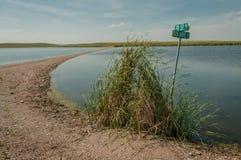 Estrada de exploração agrícola inundada em North Dakota rural Foto de Stock