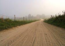 Estrada de exploração agrícola nevoenta imagens de stock
