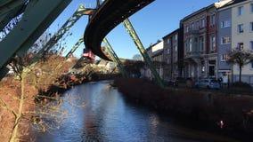 Estrada de ferro 'Schwebebahn 'da suspensão em Wuppertal que vem para a câmera - céu azul filme
