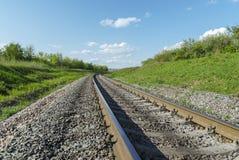 Estrada de ferro ao horizonte na paisagem verde fotos de stock