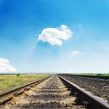 Estrada de ferro ao horizonte no céu azul fotografia de stock royalty free