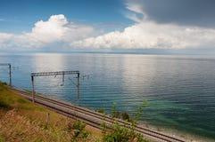 Estrada de ferro ao longo do lago Baikal fotografia de stock royalty free
