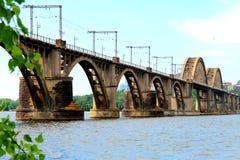 A estrada de ferro arqueou a ponte através do rio de Dnieper na cidade de Dnipro, Ucrânia Imagens de Stock