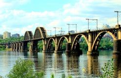 A estrada de ferro arqueou a ponte através do rio de Dnieper na cidade Dnipro Fotografia de Stock