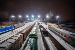 Estrada de ferro bonita na noite no inverno imagens de stock