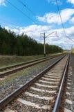 Estrada de ferro com cabos elétricos fotografia de stock royalty free