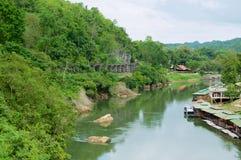 A estrada de ferro da morte de Tail?ndia-Burma segue curvaturas do rio Kwai perto de Kanchanaburi, Tail?ndia fotografia de stock