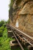 A estrada de ferro da morte de Tail?ndia-Burma segue curvaturas do rio Kwai perto de Kanchanaburi, Tail?ndia fotos de stock