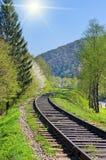 A estrada de ferro desaparece nas montanhas Fotografia de Stock Royalty Free