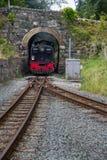 Estrada de ferro do calibre estreito das montanhas de Galês Aproximações da locomotiva de vapor Fotos de Stock Royalty Free