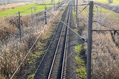Estrada de ferro do lote Vista superior nos trilhos Linhas elétricas de alta tensão para trens bondes foto de stock