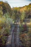 Estrada de ferro e árvores douradas do outono imagens de stock royalty free