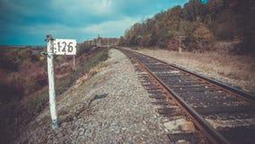 Estrada de ferro e ao lado da marca 126 Fotos de Stock