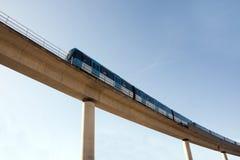 Estrada de ferro elevada com trem fotografia de stock