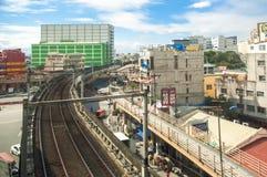 Estrada de ferro em Manila, transporte em Manila, construções, povos, cena urbana Imagem de Stock Royalty Free