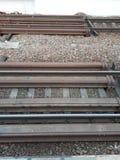 A estrada de ferro est? esperando a chegada do trem Os trilhos est?o prontos para tomar vag?es fotos de stock