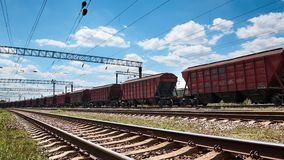 Estrada de ferro industrial - vagões, trilhos e infraestrutura, fonte de energia elétrica, transporte da carga e conceito do tran filme