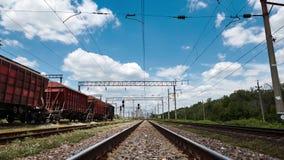 Estrada de ferro industrial - vagões, trilhos e infraestrutura, fonte de energia elétrica, transporte da carga e conceito do tran vídeos de arquivo