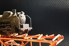 A estrada de ferro modelo plástica diminuta na ponte foto de stock royalty free