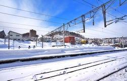 Estrada de ferro na neve Paisagem do inverno fotos de stock royalty free