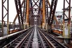 Estrada de ferro na ponte longa de Bien em Hanoi, Vietname, construído no período colonial francês foto de stock royalty free