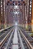Estrada de ferro na ponte longa de Bien em Hanoi, Vietname, construído no período colonial francês fotos de stock