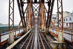 Estrada de ferro na ponte longa de Bien em Hanoi, Vietname, foi chamado originalmente Paul Doumer Bridge foto de stock